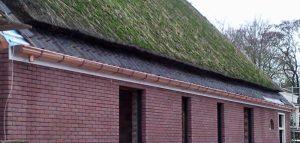 Monteren van een koperen mastgoot op een West-Friese stolpboerderij