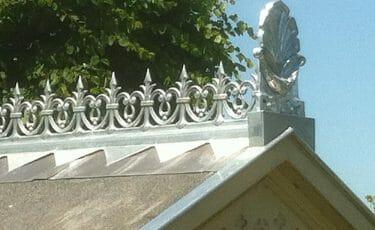 Oud sierornament nagemaakt voor het Knelhuis te Bovenkarspel